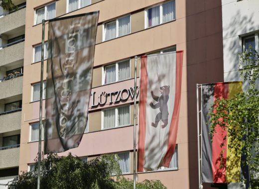 Lützow aussen Fahnen 1200